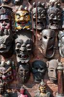 Holzschnitzmasken hängen, Nepal