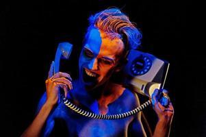 Mann mit fluoreszierender Farbe bedeckt foto