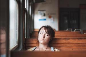 Mädchen schläft im Zug foto