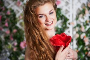 hübsche Frau im Kleid mit Blume
