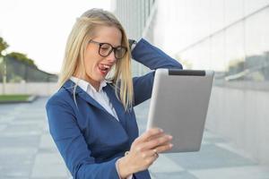 korporative Geschäftsfrau mit Brille, die lustig ist