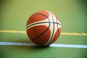 Basketball auf dem Spielplatz foto