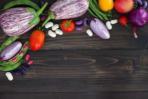Bauern vermarkten Gemüse von oben, kopieren Platz. gesunder Ernährungshintergrund. foto