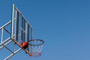 Basketballbrett und Reifen mit blauem Himmel. foto