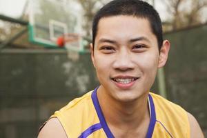 junger Mann auf dem Basketballplatz, Porträt foto