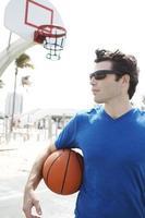 Mann hält Basketball
