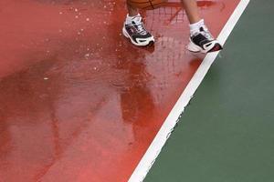 Überqueren der Linie auf einem Tennisplatz foto