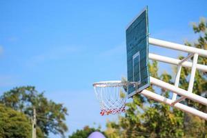 Basketballkorb stehen am Spielplatz im Park foto