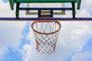 Basketballkorb unter einem blauen Himmel foto