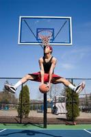 Mann, der Basketball spielt