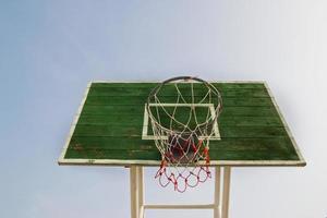 leerer Basketball im Freien foto