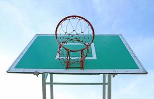 Basketballbrett gegen Hintergrund des blauen Himmels foto