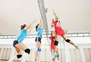 Mädchen spielen Volleyball Indoor-Spiel foto