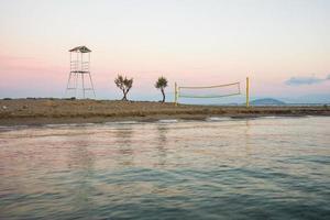 Volleyballturm und Netz am Sandstrand foto