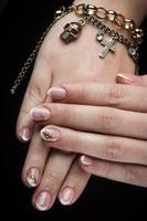 gemalte Nägel und Hände lokalisiert auf schwarzem Hintergrund