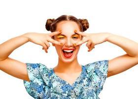 schönes freudiges jugendlich Mädchen mit Sommersprossen und gelbem Make-up foto