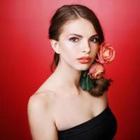 Mädchen, das Make-up durch Visagistin aufträgt. foto