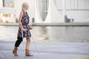 blonde Frau mit Krücken foto