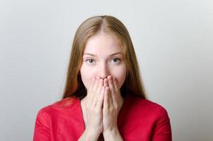 Frau bedeckt ihren Mund foto