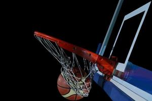 Basketballball und Netz auf schwarzem Hintergrund foto