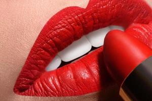 sinnlich offener Mund mit roter Tube Lippenstift foto