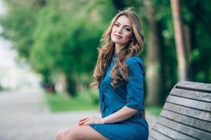 Porträt einer schönen Blondine im Freien im Park