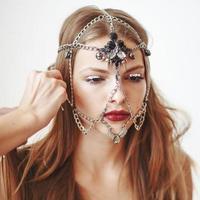 professioneller Visagist, der Make-up aufträgt.