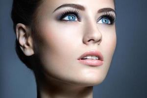 schönes junges Mädchen mit einem leichten natürlichen Make-up. foto