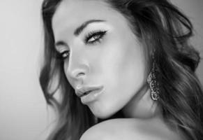 Schwarz-Weiß-Porträt der jungen romantischen Schönheit. foto