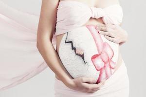 Bauchkunst: gemalter Bauch einer schwangeren Frau foto