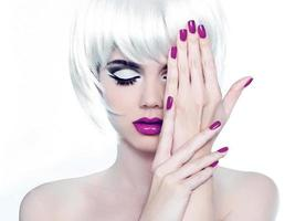 Make-up und gepflegte polnische Nägel. Modestil Schönheit Frau