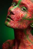 emotionale Frau mit roten Mehrfachlinien und grünen Haaren