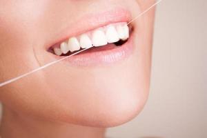schönes Lächeln mit Zahnseide foto