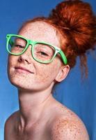 Mädchen mit Sommersprossen bedeckt foto