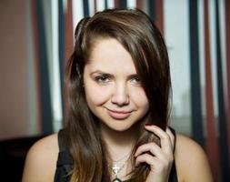 Nahaufnahmeporträt des schönen jungen Mädchens mit den braunen Augen foto