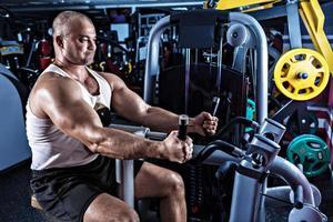 Mann macht Training mit Pulldown-Maschine