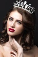 schönes Mädchen mit einer Krone in Form einer Prinzessin.