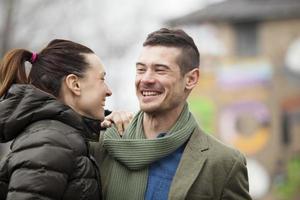 Mann und Frau umarmen sich foto