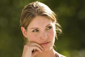 Porträt der jungen Frau, die nachdenkt foto