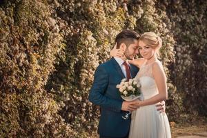 romantisches Hochzeitspaar, das sich umarmt