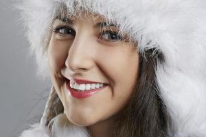 freudige junge Frau im Winter tragen foto