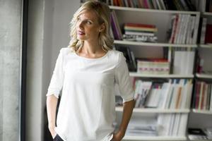 junge Frau im Büro foto