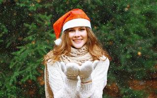 Weihnachts- und Menschenkonzept - glückliches junges Mädchen foto