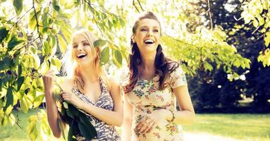 Porträt der lachenden Freundinnen foto