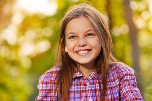 lachendes Nahaufnahmeporträt eines Mädchens draußen