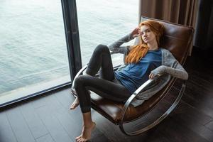 Edhead Frau entspannt auf Schaukelstuhl foto