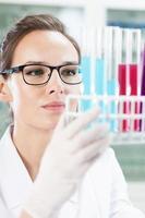 Chemiker, der Reagenzgläser betrachtet