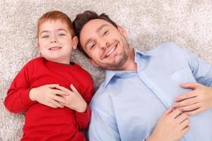 hübsche Familie entspannt sich zusammen auf dem Boden foto