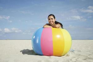 Teenager-Mädchen, das auf buntem Wasserball entspannt foto