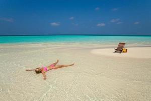 süße Frau, die sich am tropischen Strand entspannt